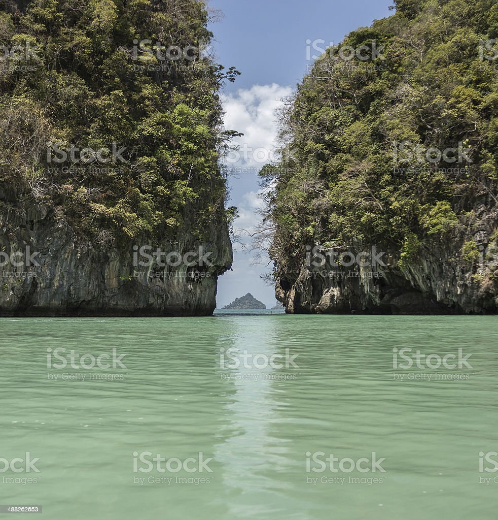Известняковые скалы Тайланда в море stock photo