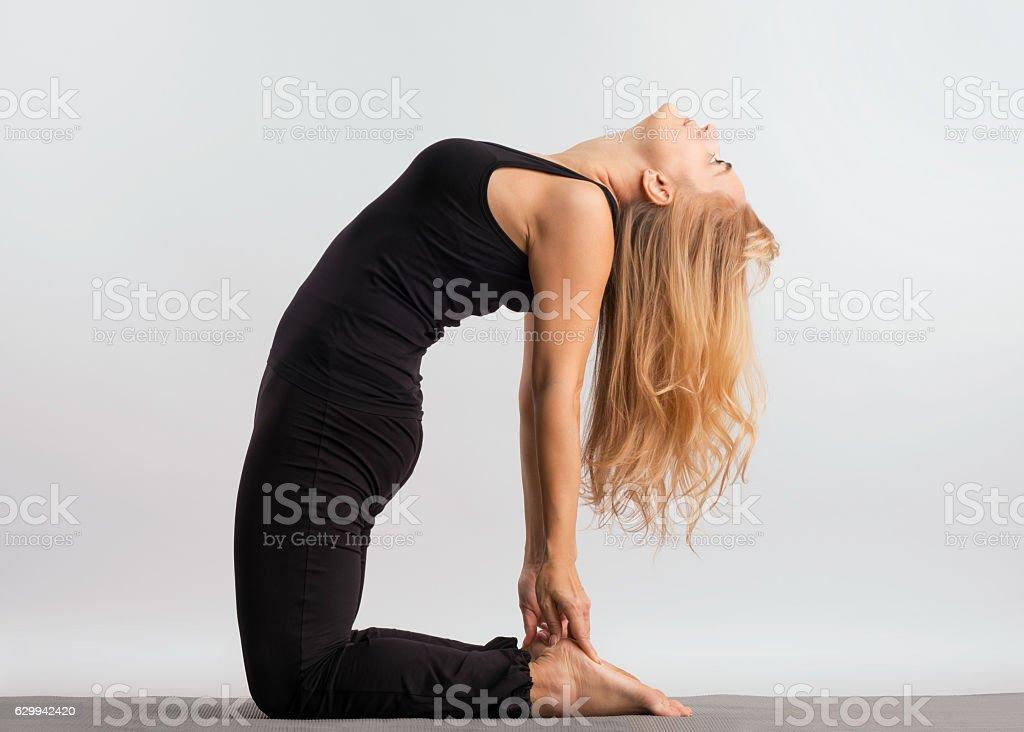 девушка практикует йогу stock photo