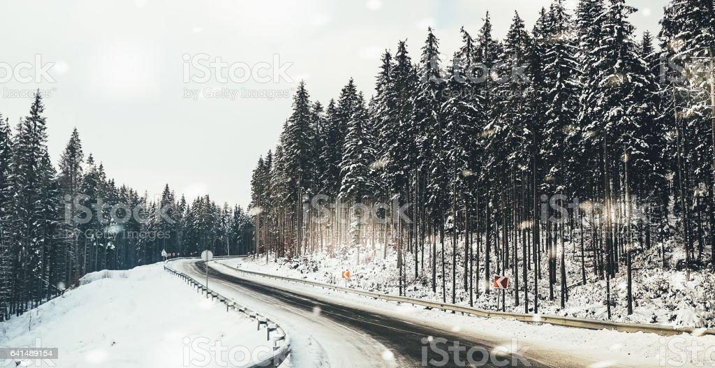 Автомобильная магистраль в горах. Зимнее путешествие stock photo