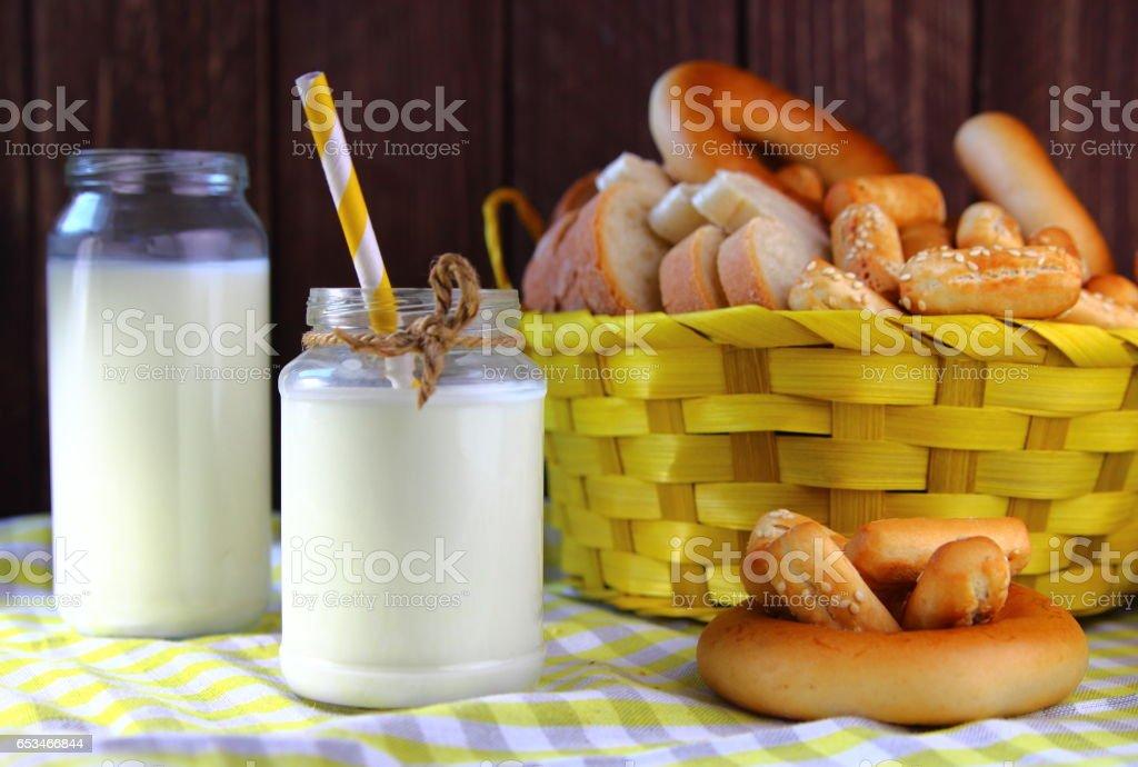 молоко в бутылке с белым хлебом stock photo
