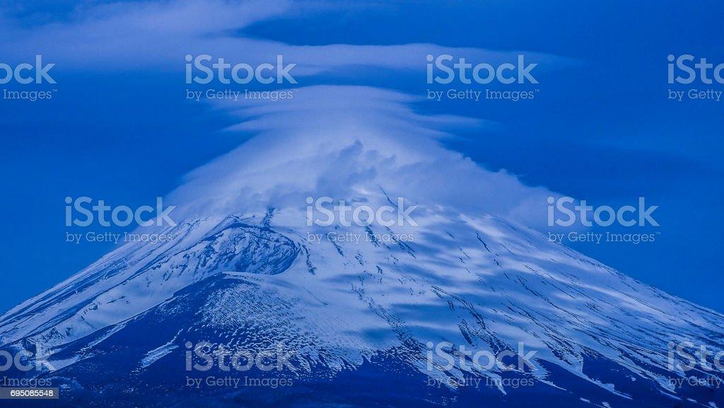 日本 世界遺産 富士山 笠雲 冬景色 stock photo