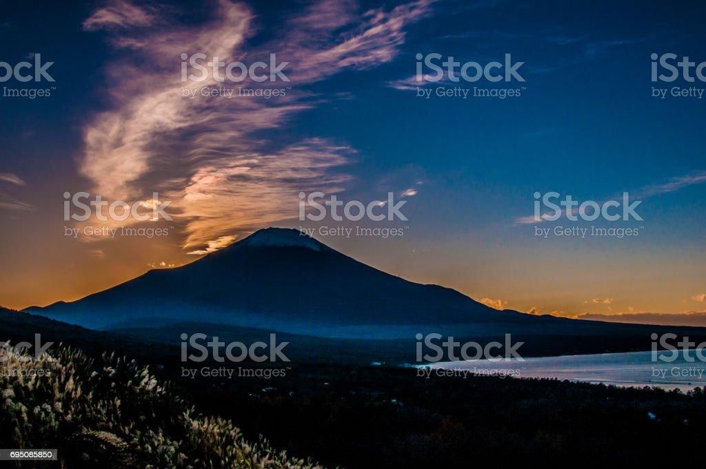 日本 世界遺産 富士山 夕日 山中湖 stock photo