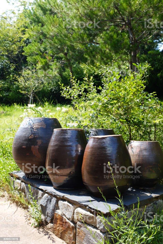 정원에 있는 장독대, 항아리 stock photo