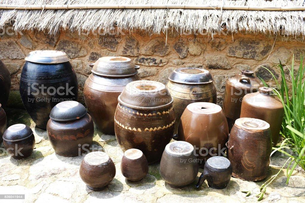 초가집에 있는 장독대, 항아리 stock photo