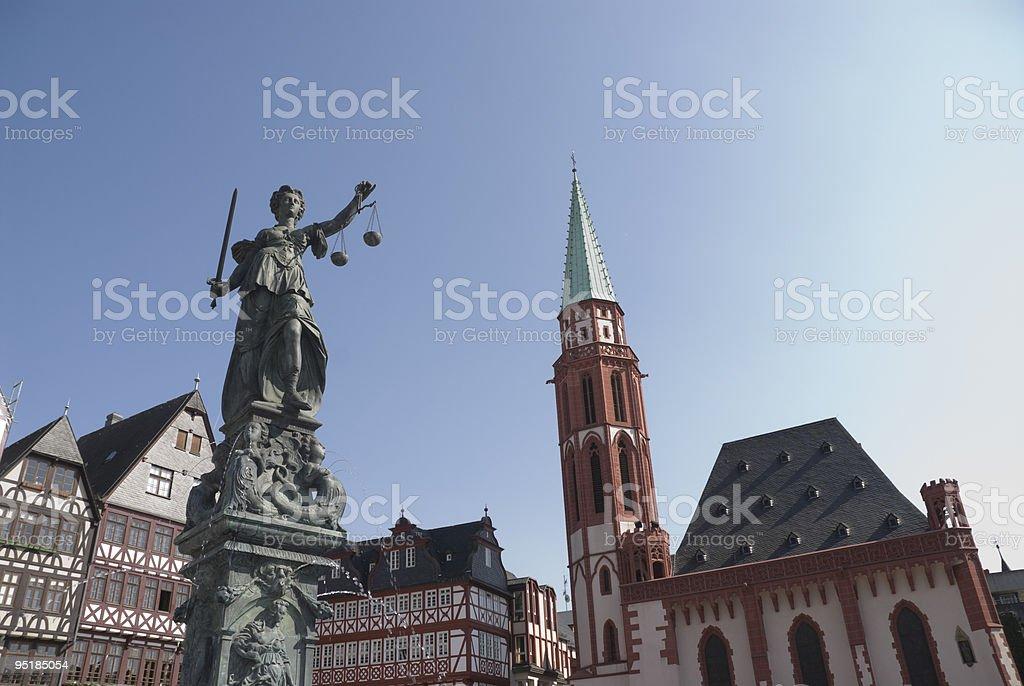 Römerberg a Francoforte con Statua di Justitia foto stock royalty-free