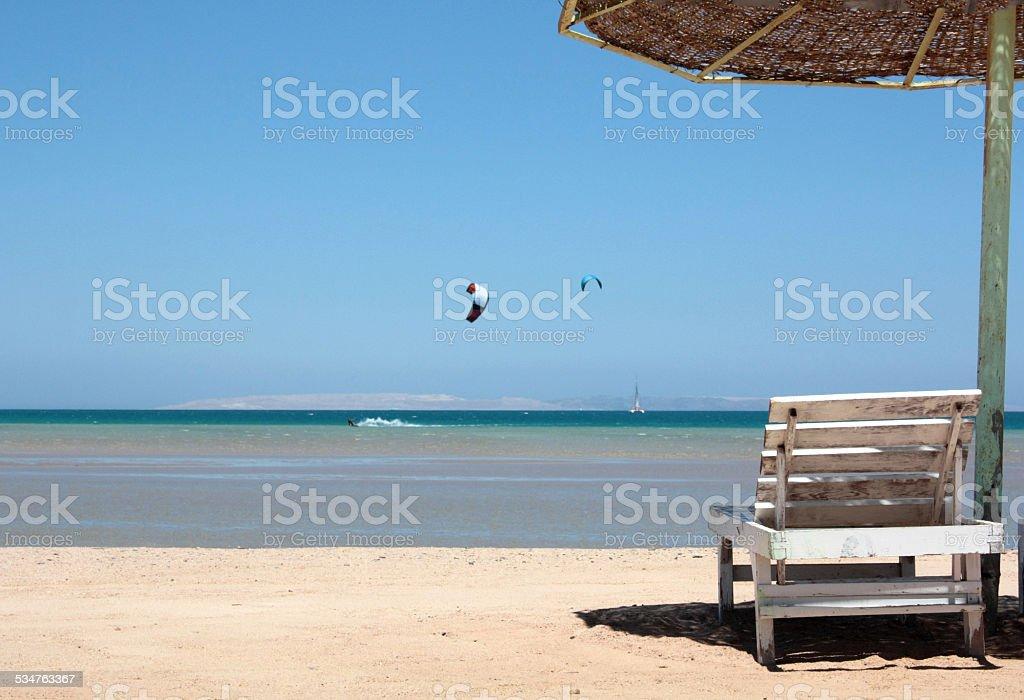 Abandonado Cadeira de Praia com Guarda-chuva foto de stock royalty-free