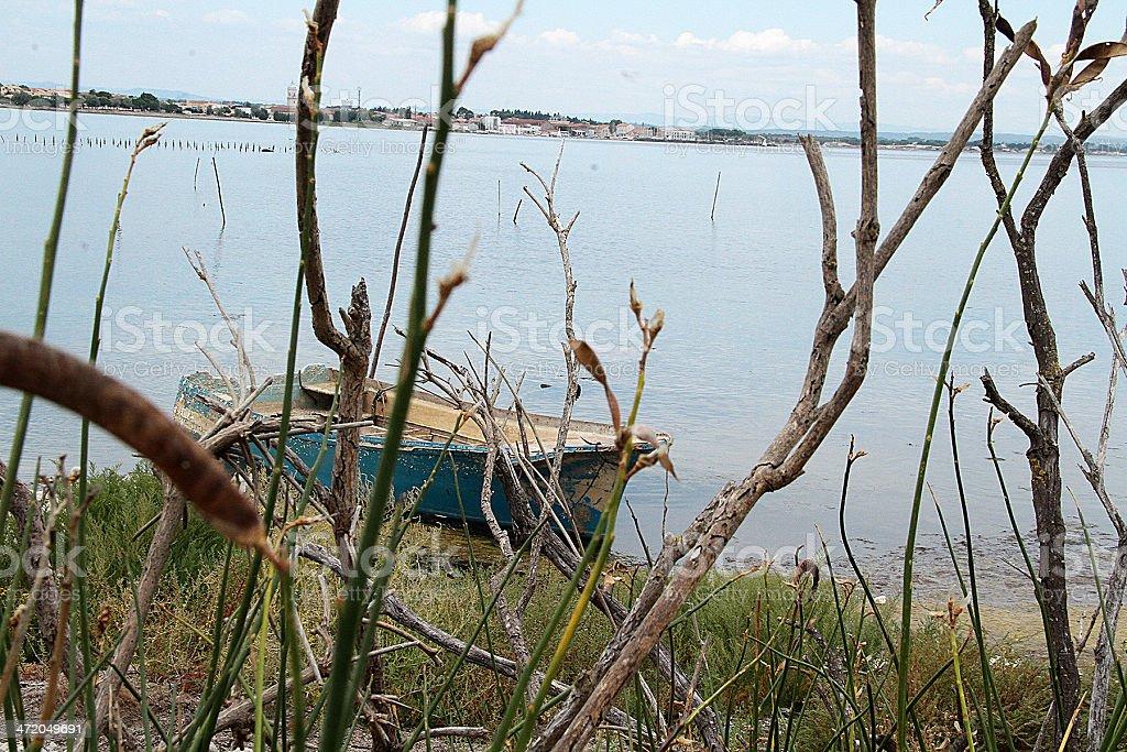 Abbandonato Blu barca, sud della Francia foto stock royalty-free