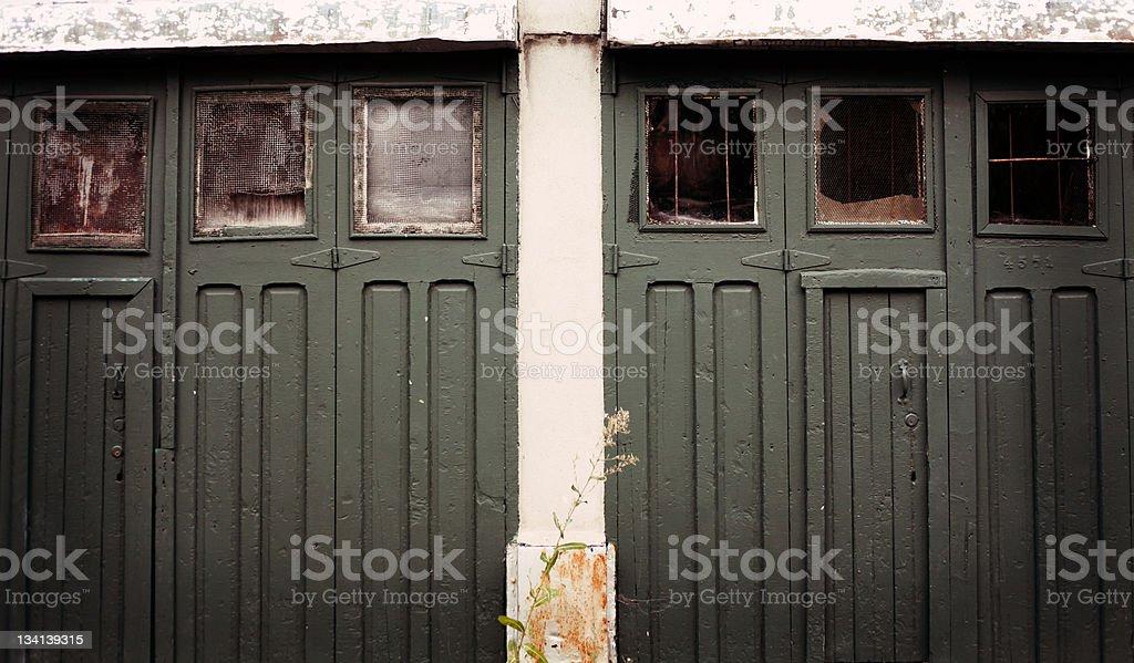 A l'abandon portes de Garage photo libre de droits