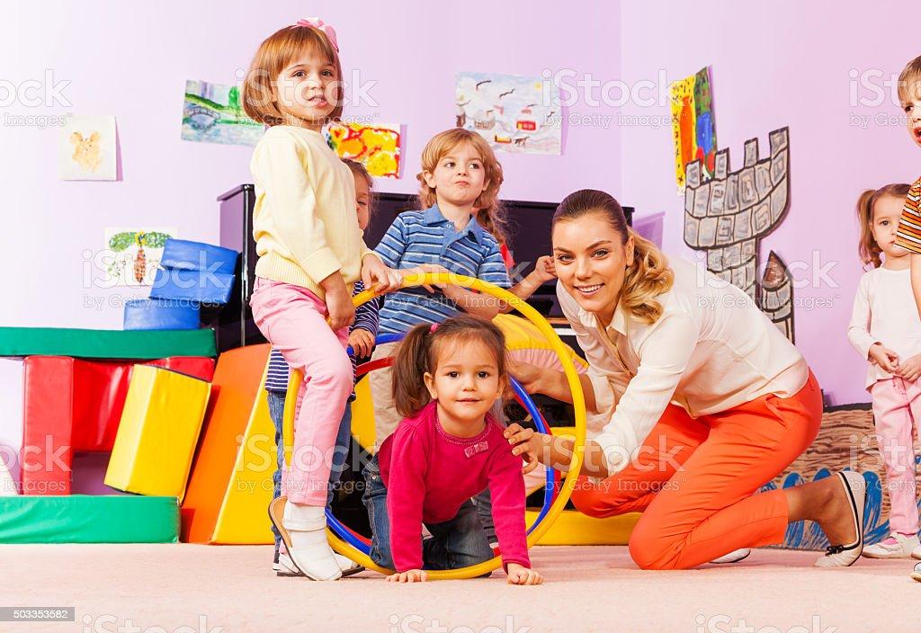 activa en jardines de infancia jugando juegos para nios llevar aunque aros foto de stock libre