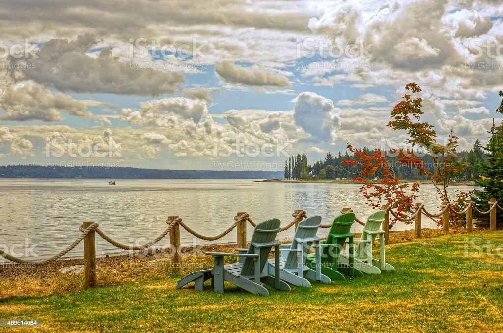 Adirondack стульями с видом на Канал крышки Стоковые фото Стоковая фотография