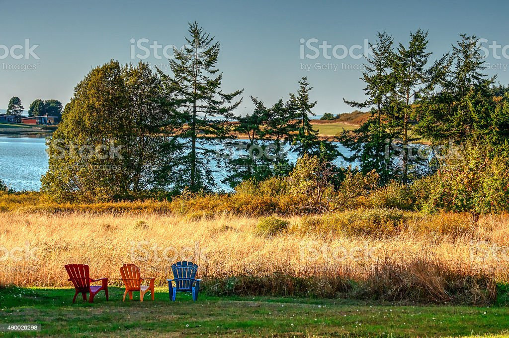 Adirondack стульями с видом на озеро-порт Townsend, штат Вашингтон Стоковые фото Стоковая фотография