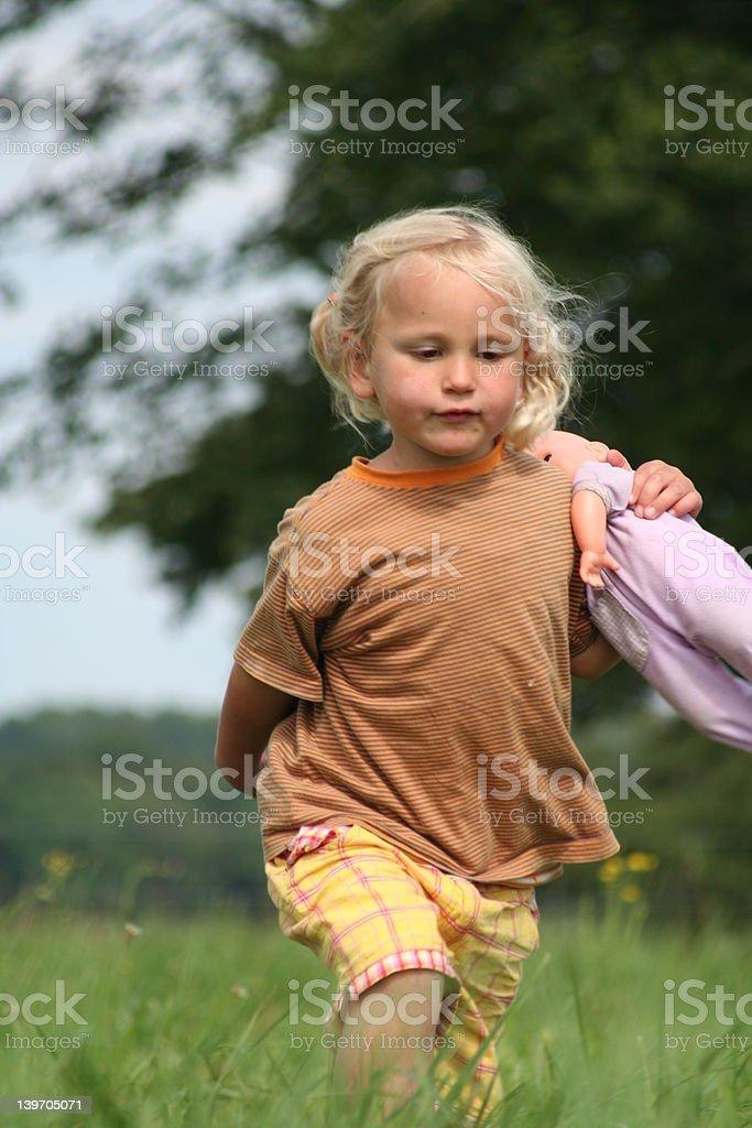 Niña con muñeca encantadores foto de stock libre de derechos
