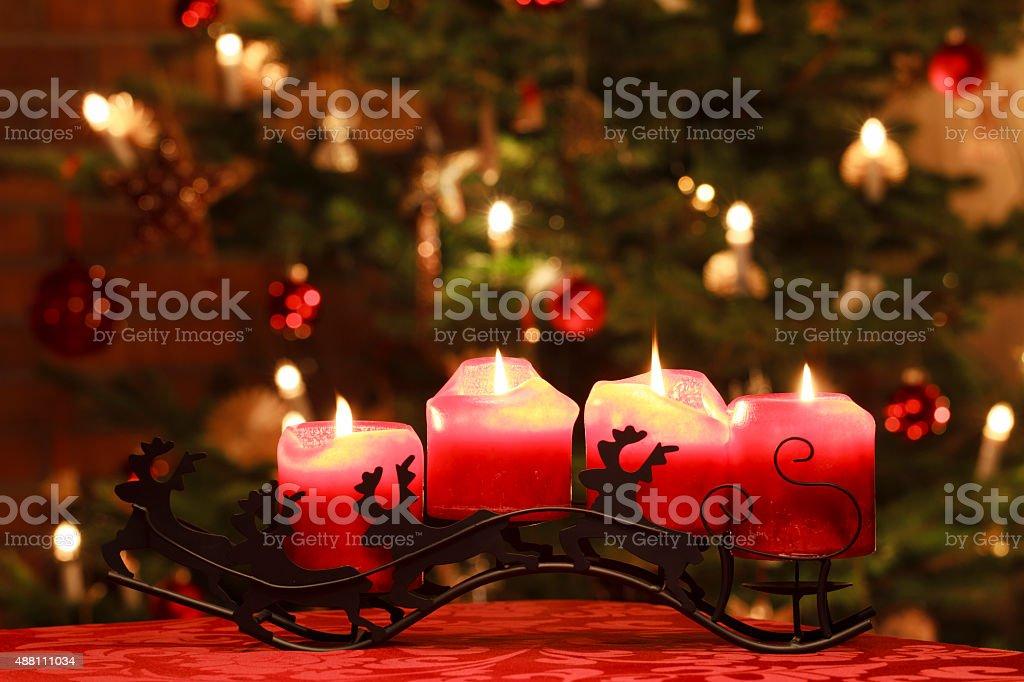 Advent Kerzen vor Weihnachtsbaum – Foto