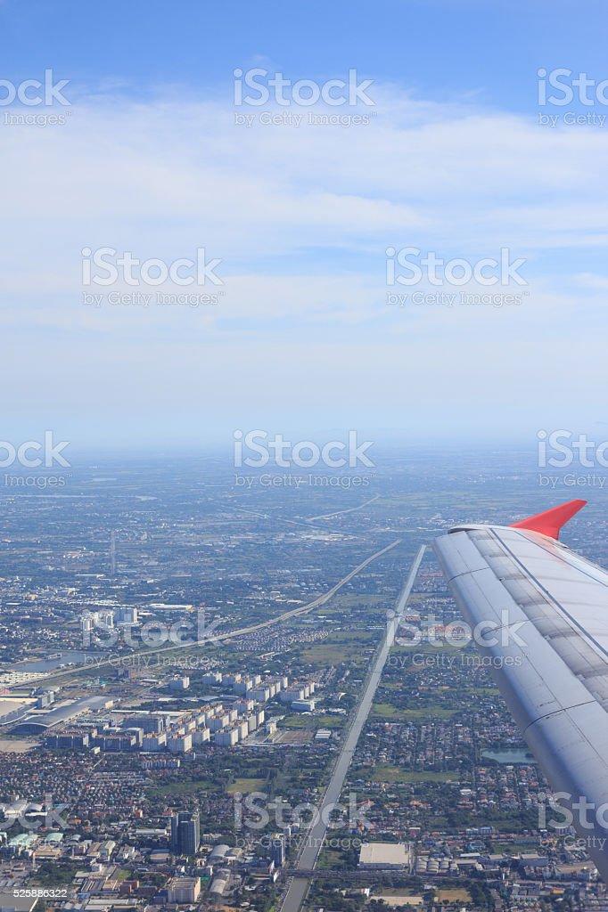 антенна вид сверху крыло самолета и городских города дорога Стоковые фото Стоковая фотография