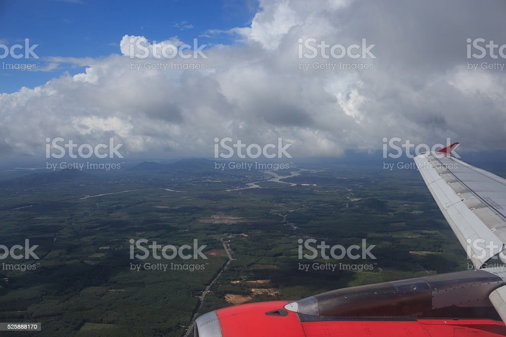 антенна вид сверху зеленом поле сельских районах, так и в облаке Стоковые фото Стоковая фотография