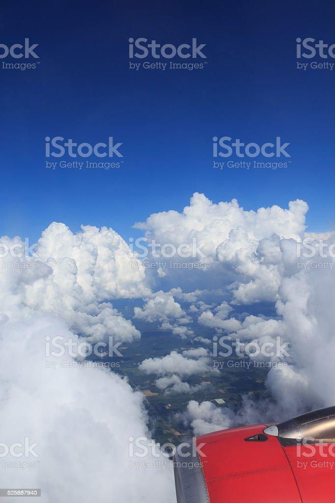 Вид с воздуха из воздушных плоскости, Зеленое поле сельских и Облачный пейзаж Стоковые фото Стоковая фотография