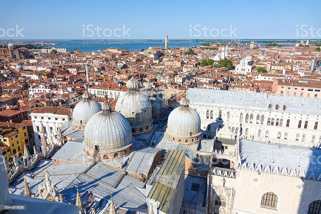 Aerial view over St Mark s square and Basilica San Lizenzfreies stock-foto