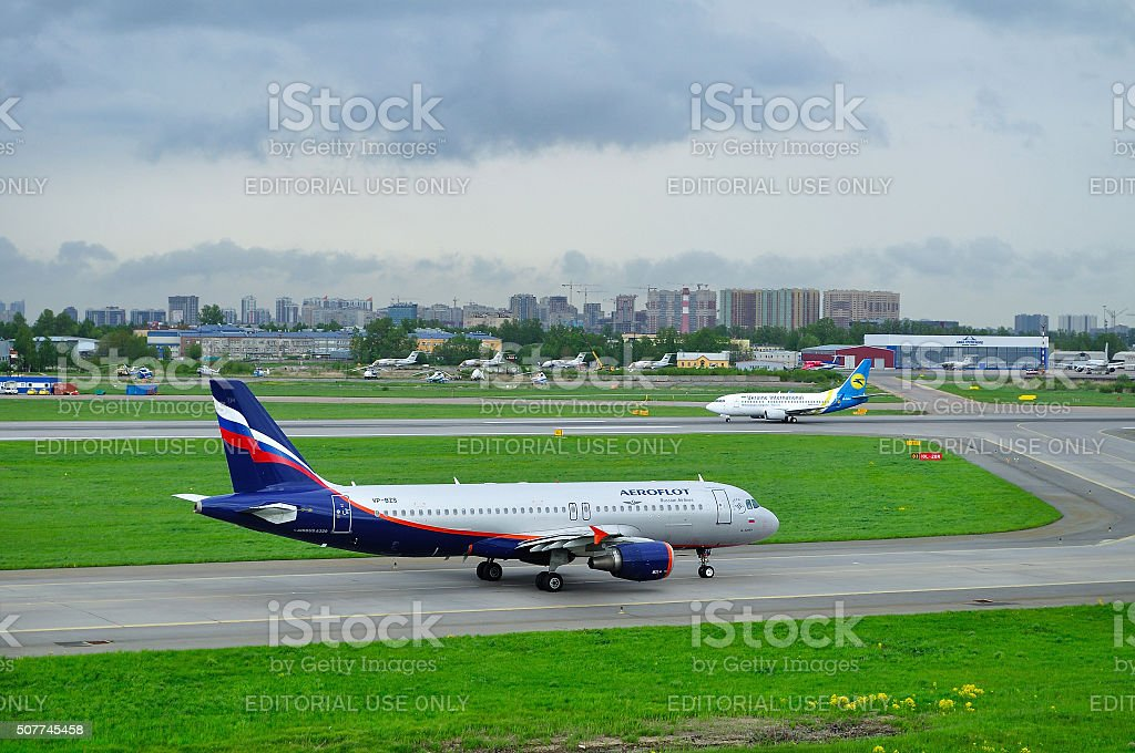 Aeroflot Airlines Airbus A320-214 and Ukraine International Airlines Boeing 737-500 stock photo