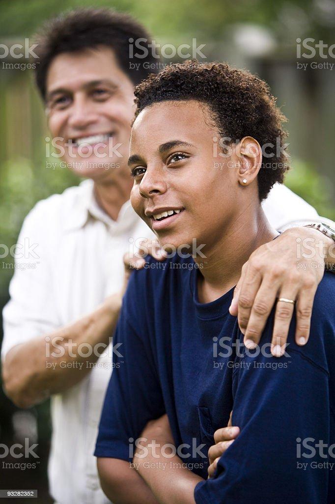 Adolescente afroamericana con orgullo hispano padre foto de stock libre de derechos