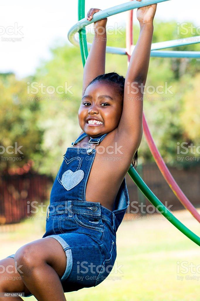 Africain fille jouant dans le parc. photo libre de droits