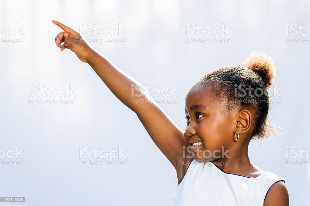 Fille africaine pointant et regarder à l'angle. photo libre de droits