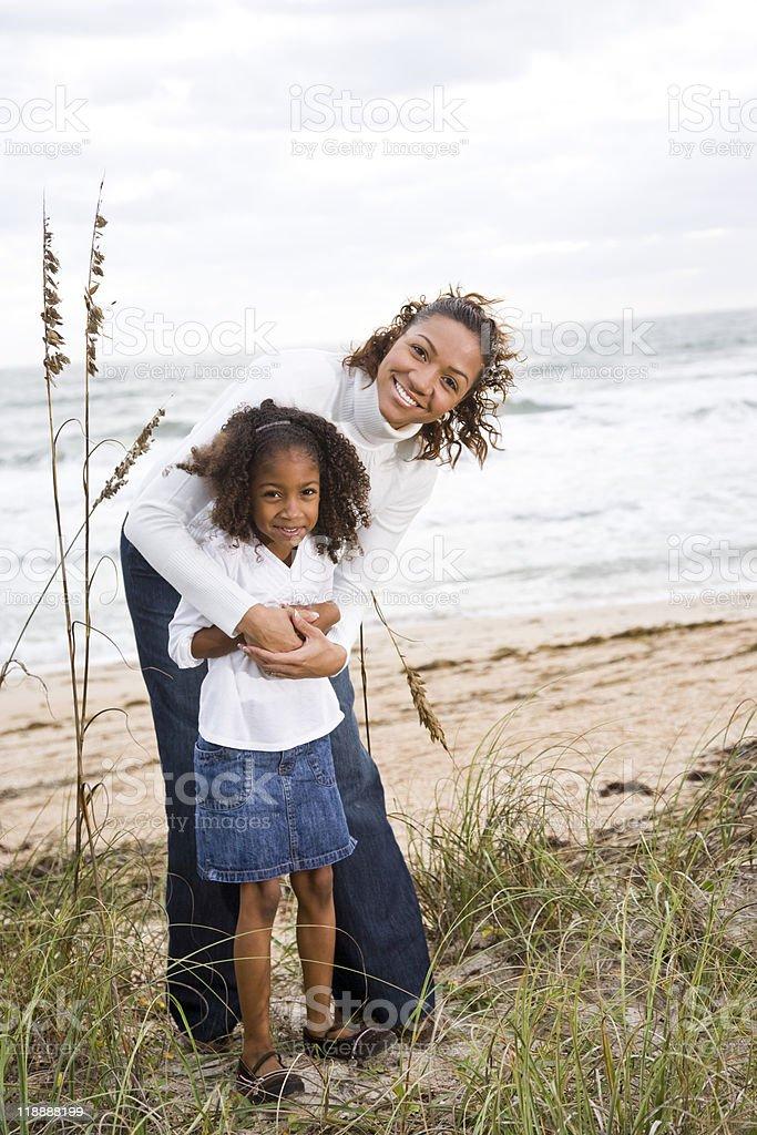 Africano-americano Madre e hija en la playa foto de stock libre de derechos