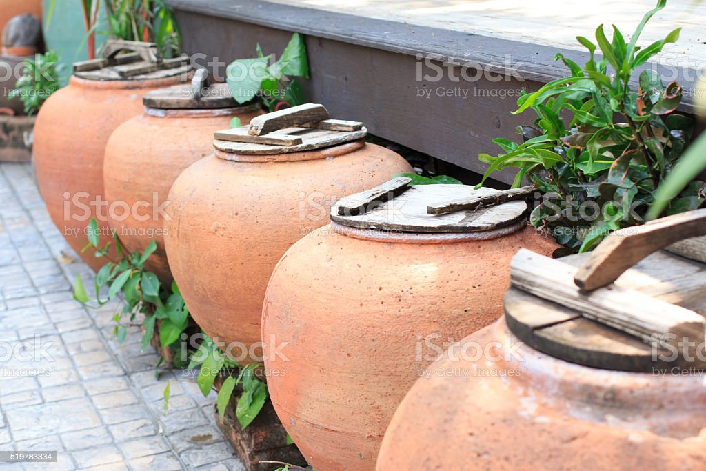 Старый воду на полу в саду Кувшин Стоковые фото Стоковая фотография