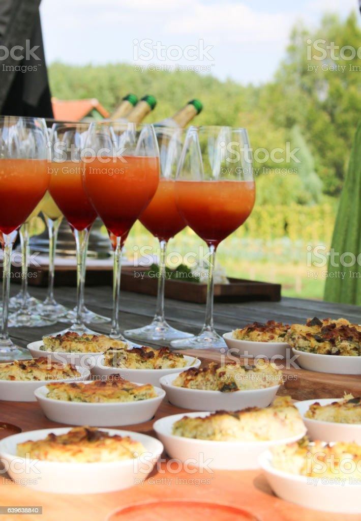 alkoholische Getränke und Fingerfood stock photo