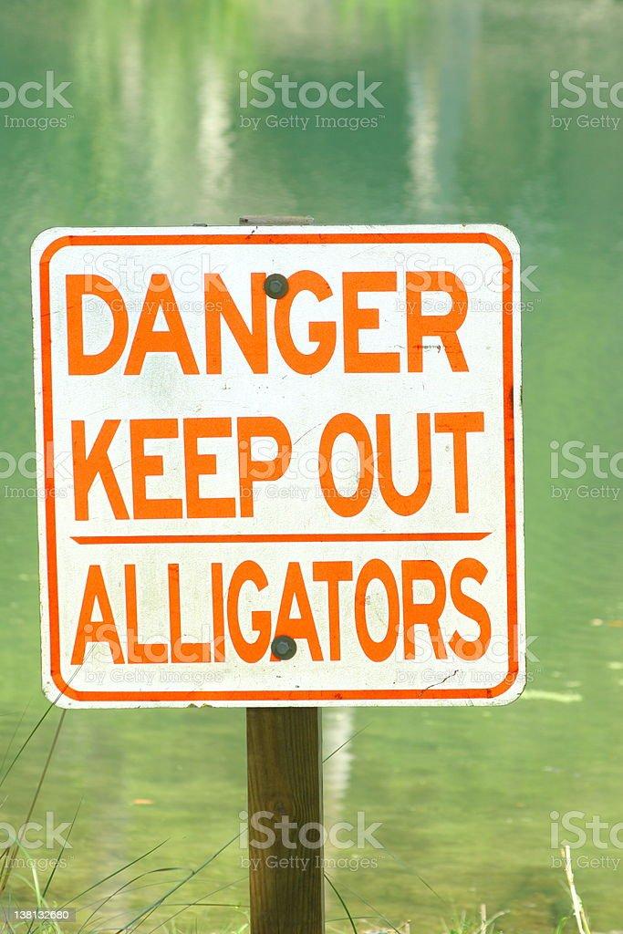 Señal de advertencia de cocodrilo foto de stock libre de derechos