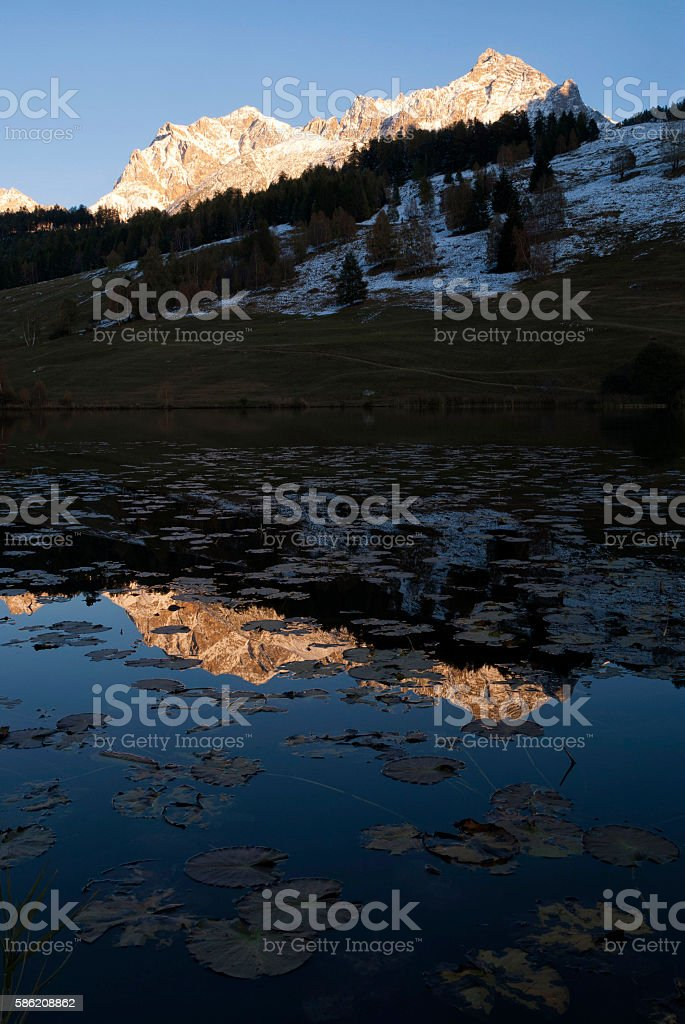 Alpenglow above lake Tarasp stock photo