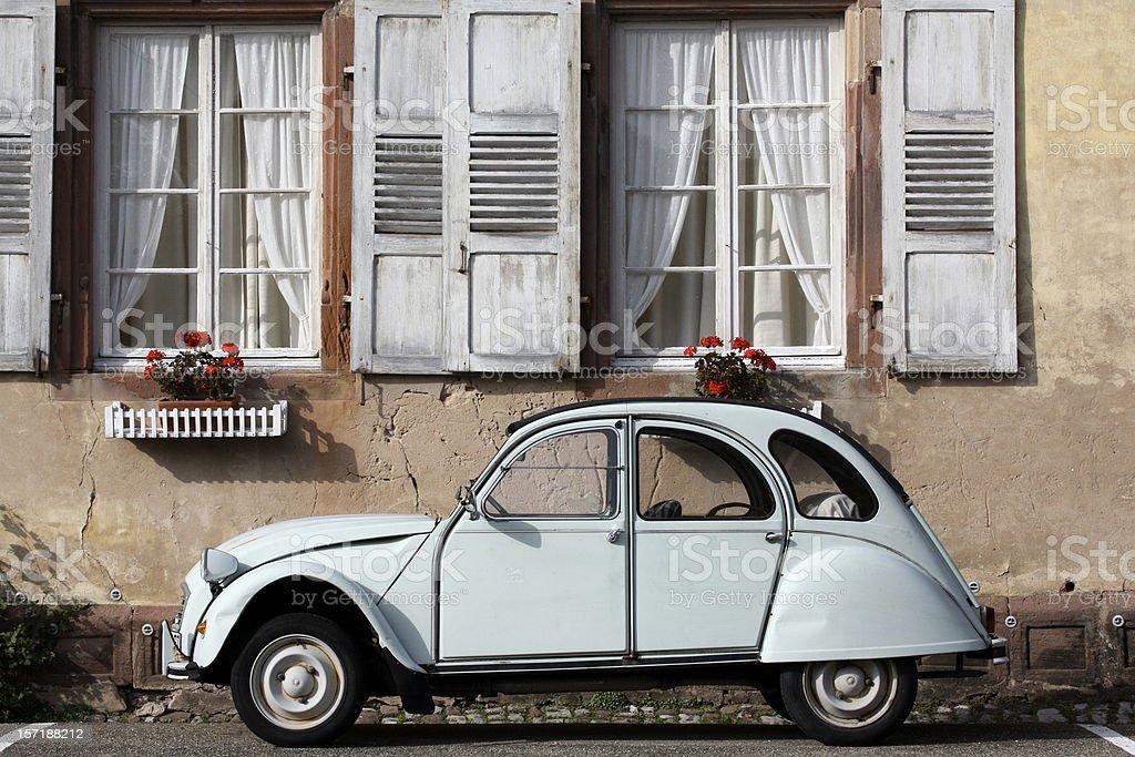 Alte Ente vor romantischem altem Haus stock photo