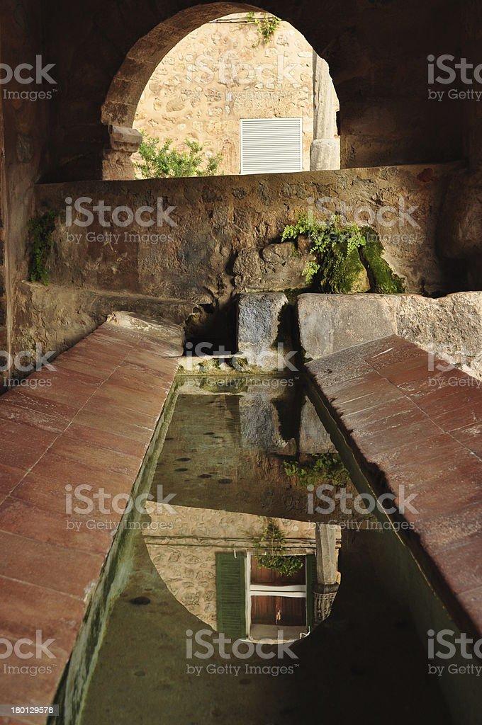 alte Viehtranke an einer Quelle stock photo