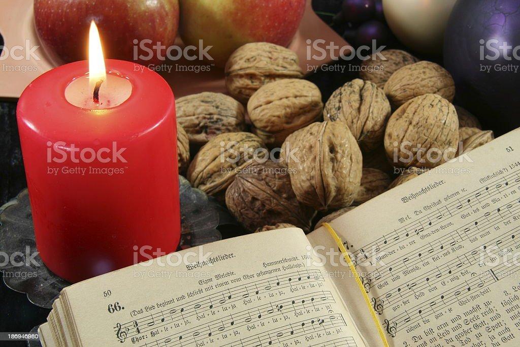 altes Gesangbuch und Weihnachtsdeko royalty-free stock photo