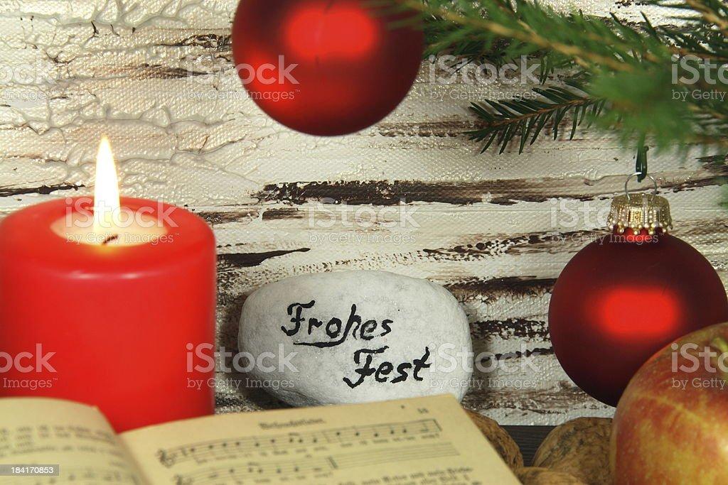 altes Gesangbuch, Weihnachtsdeko und Kerze royalty-free stock photo
