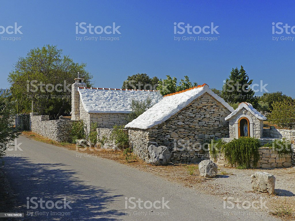 altes Steinhaus mit weißem Dach in Kroatien stock photo