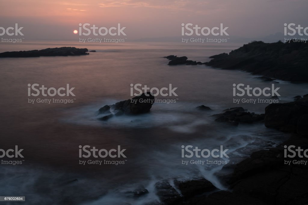 Amanecer recibiendo el día en la costa del Mar Cantábrico, Asturias, España. The sun arising, receiving the new day on the coast of the Cantabrian Sea, Antromero, Asturias, España. stock photo