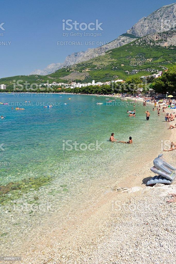 Niesamowite plaży z osobami w Tucepi, Chorwacja zbiór zdjęć royalty-free