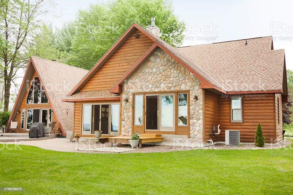 refugio de cabaa de madera y piedra casa de campo foto de stock libre de