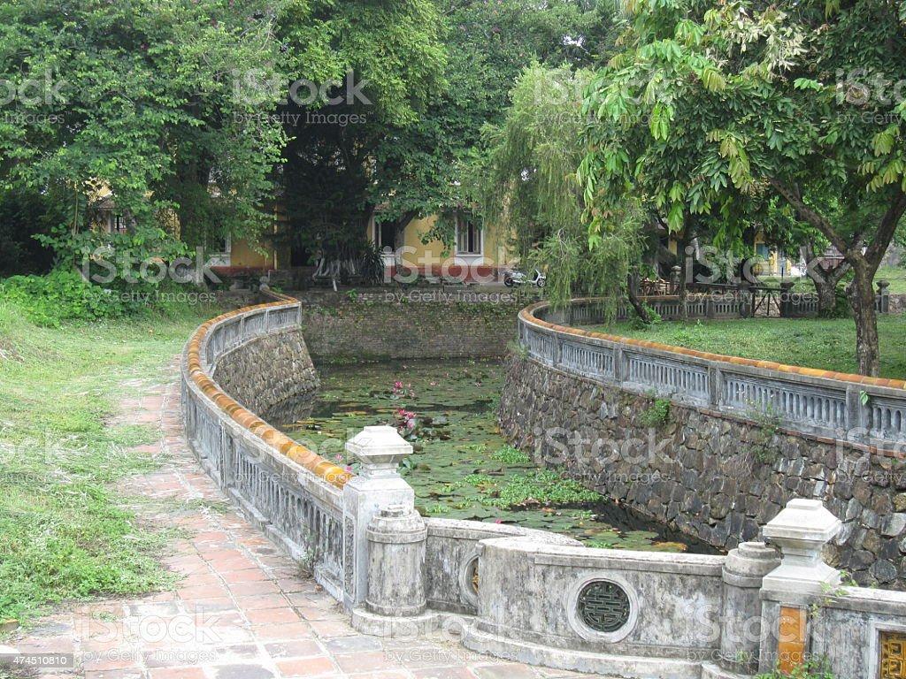 Antigua foso en un templo budista en Vietnam. foto de stock libre de derechos