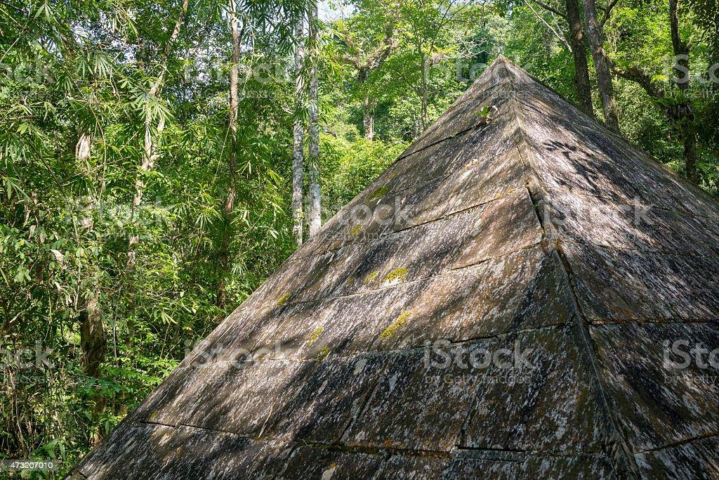 Antique stone Pyramide dans la forêt. photo libre de droits