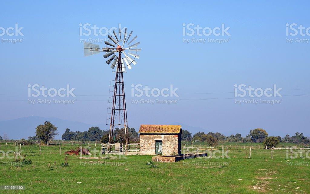antica pompa eolica per l'acqua stock photo