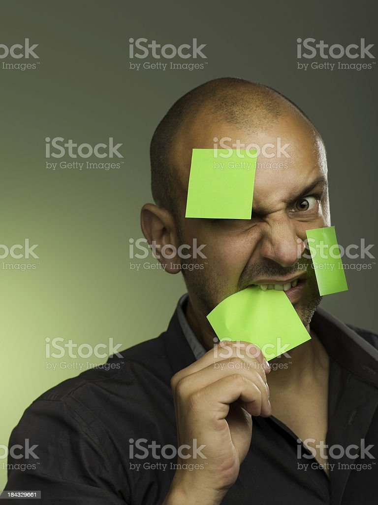 Uomo arrabbiato sul post-it foto stock royalty-free