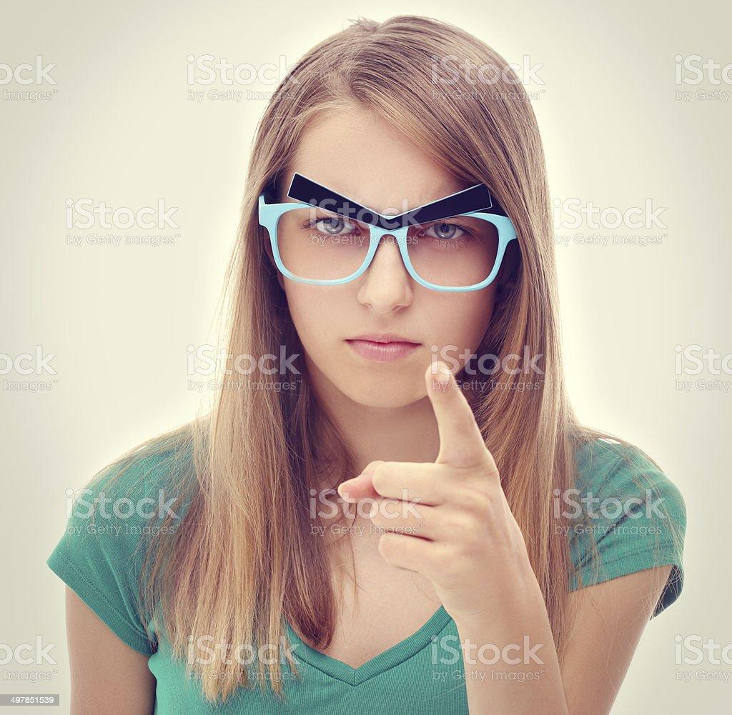 Злая девушка сидит смешное фото