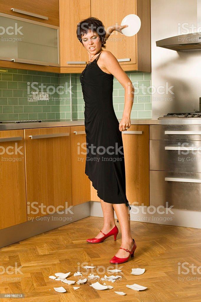 Femme en colère n assiettes de cuisine photo libre de droits