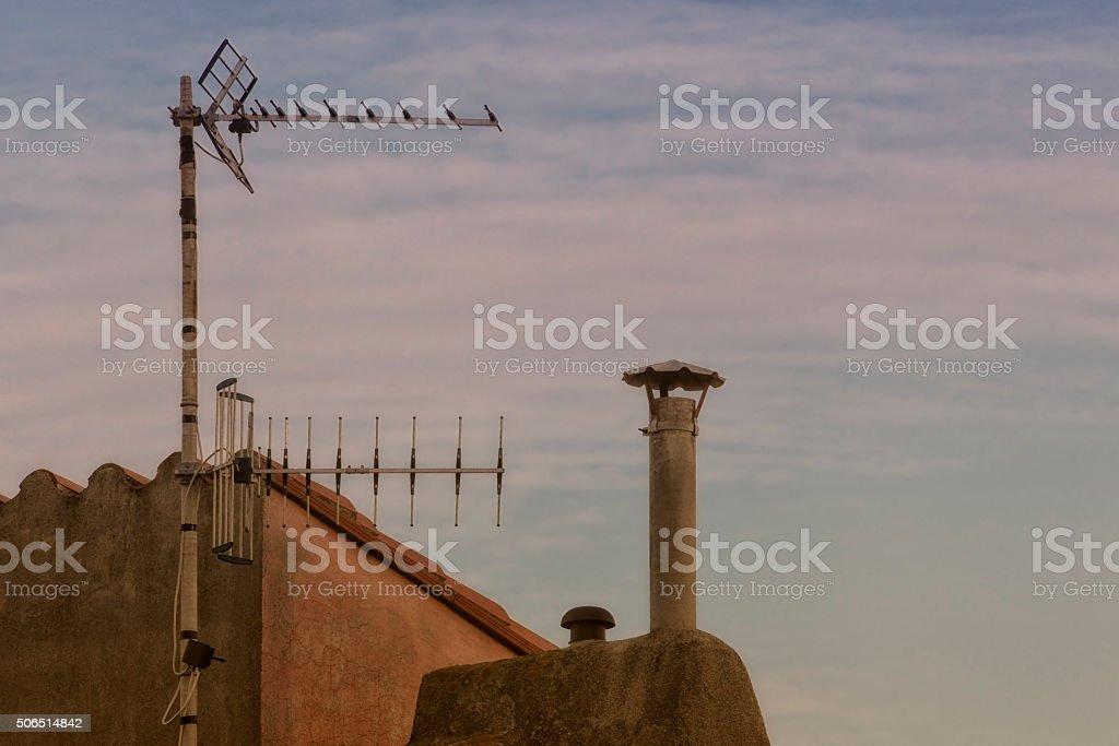 Antenne et cheminée stock photo