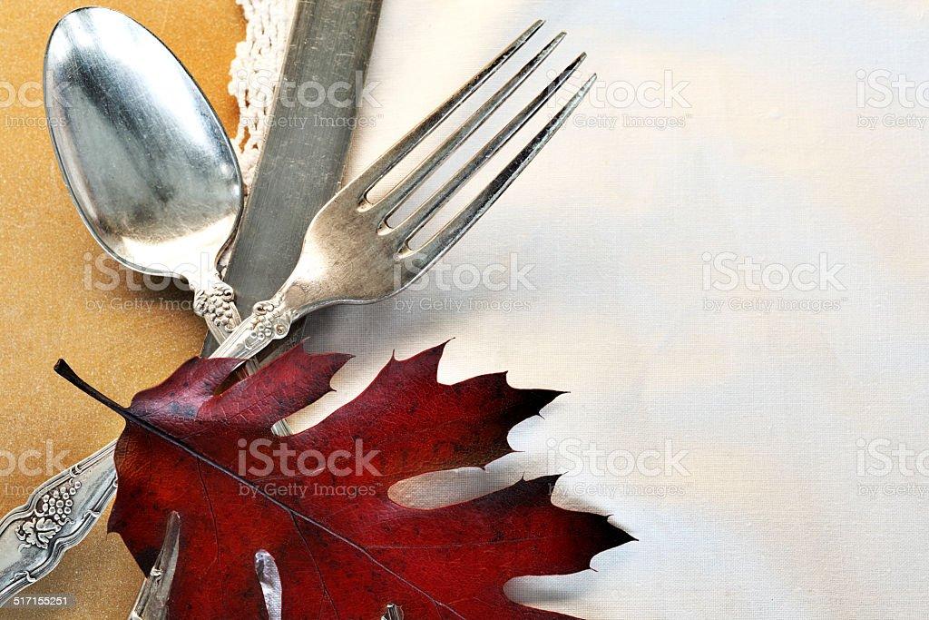 Antikes Messer, Gabel, Löffel, Herbst Blatt auf einem Spitze Servietten – Foto