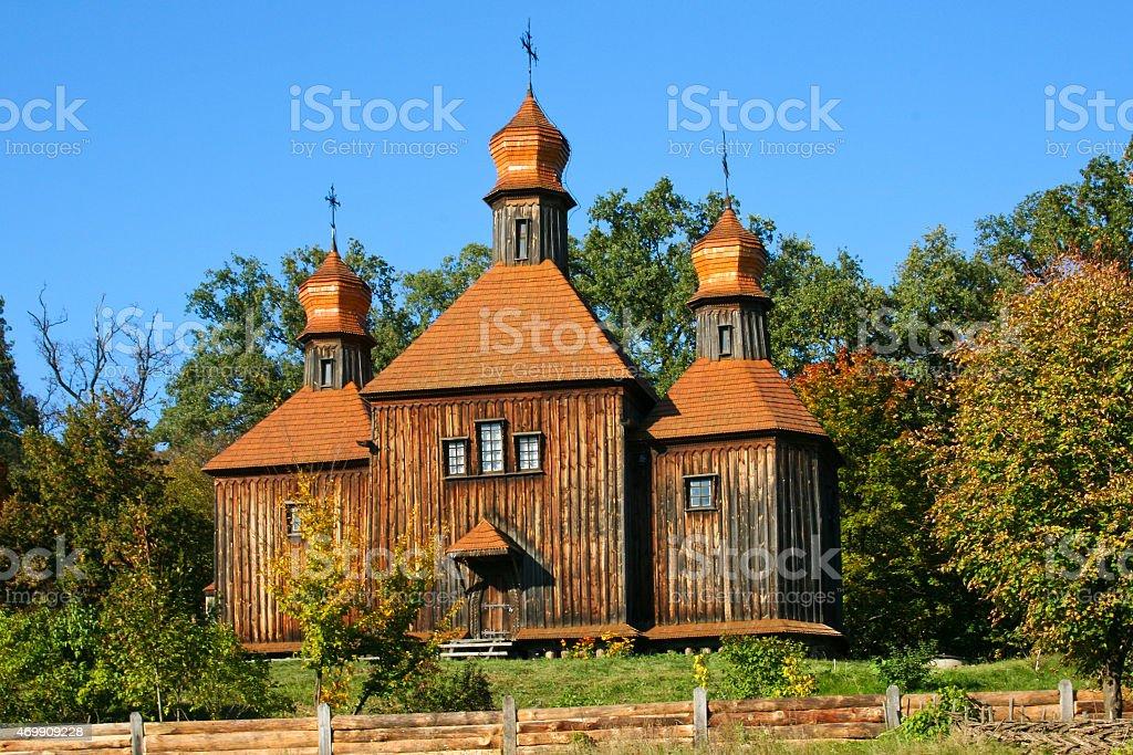 Antigua iglesia de madera en el otoño foto de stock libre de derechos