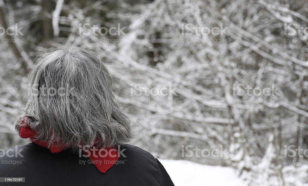 anziana nella neve stock photo