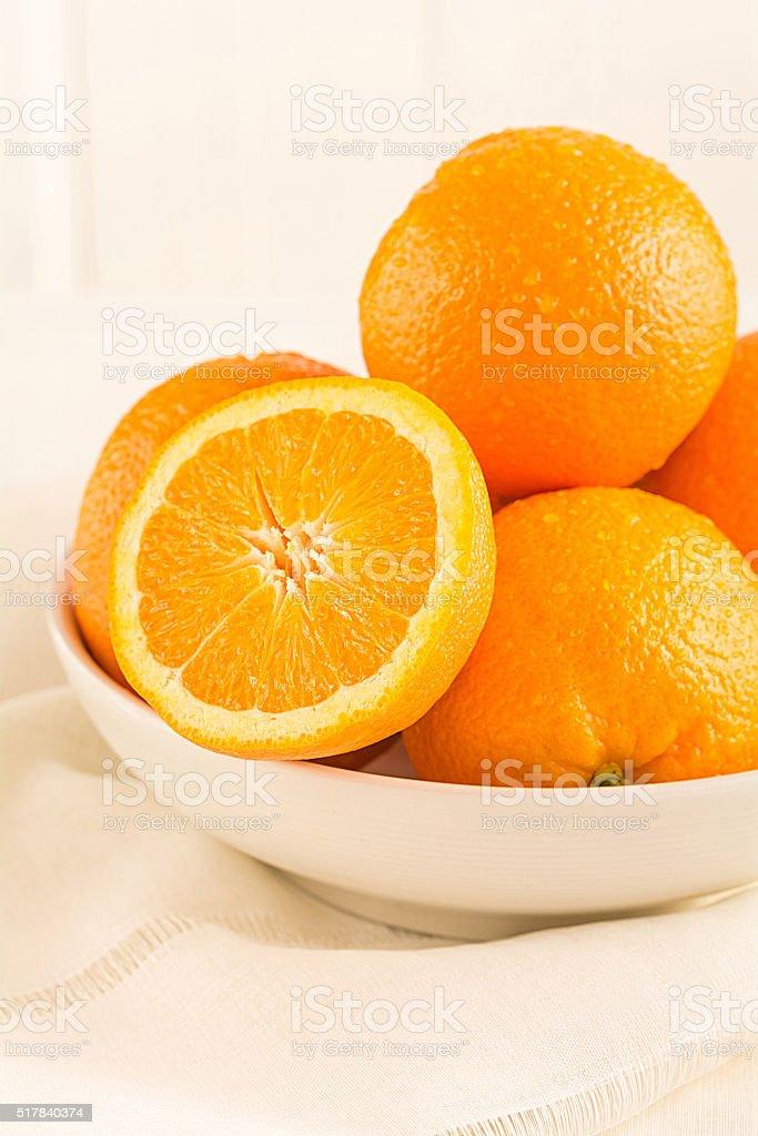 Apfelsinen liegen in einer Porzellan Schale stock photo