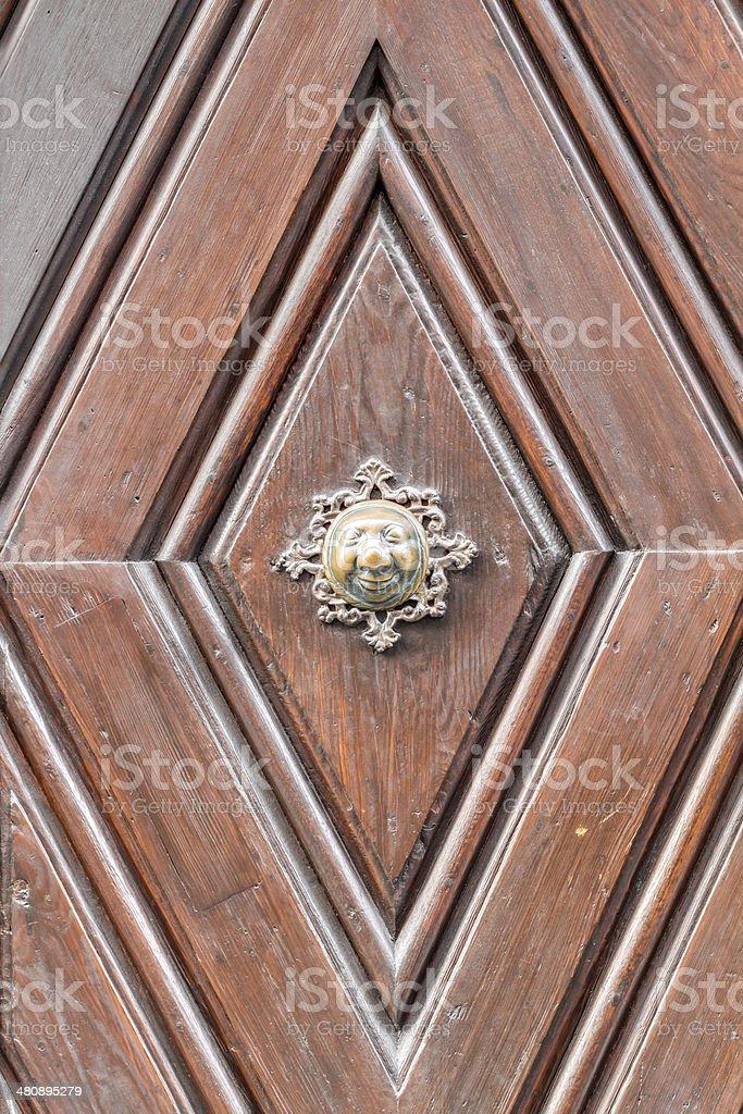 Apfelweibla Vintage-Türklinke auf alten Tür Hintergrund Lizenzfreies stock-foto